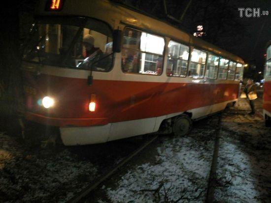 У Києві трамвай злетів з колій і врізався в дерево