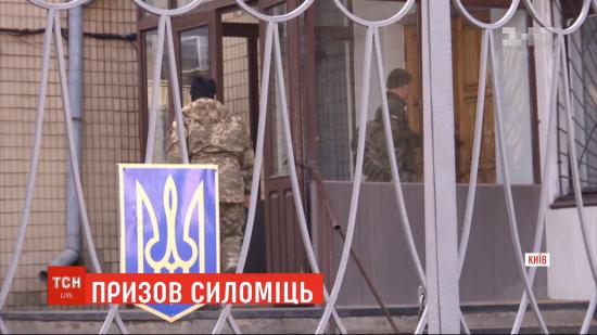Українських призовників силоміць ведуть до військкомату. Як цьому протидіяти