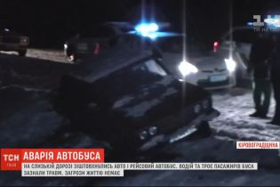 В Кировоградской области из-за гололеда столкнулись легковушка и маршрутка