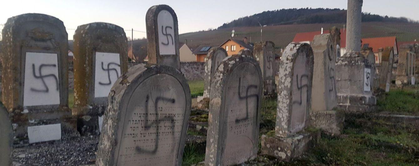 Неизвестные обрисовали свастиками еврейские могилы во Франции