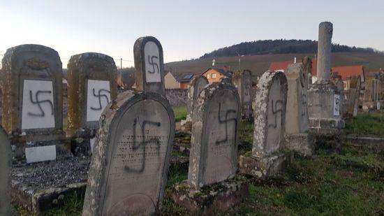 Невідомі обмалювали свастиками єврейські могили у Франції