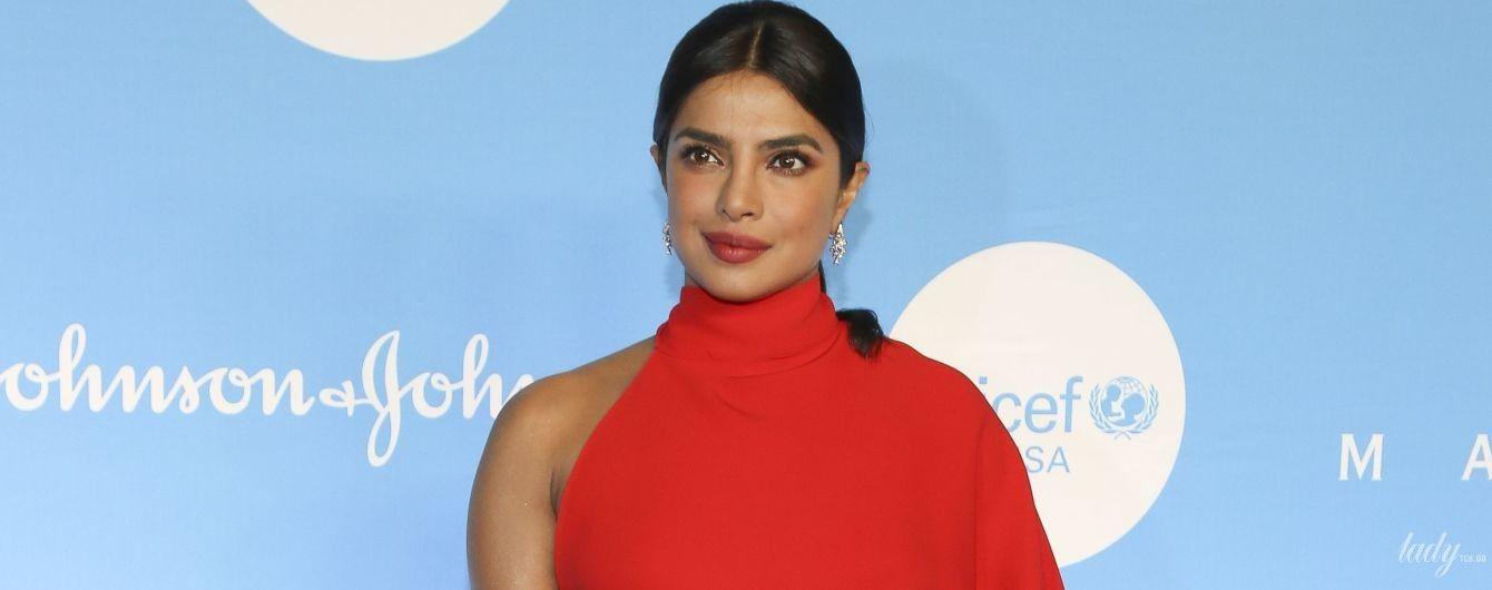 Ах, какая фигура: Приянка Чопра в красном платье приехала на Бал снежинок