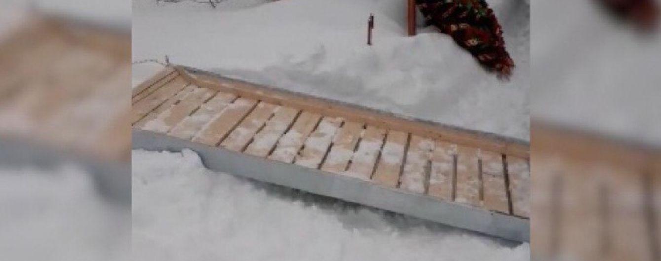 В России гроб довезли до кладбища на санях вместо катафалка из-за сугробов