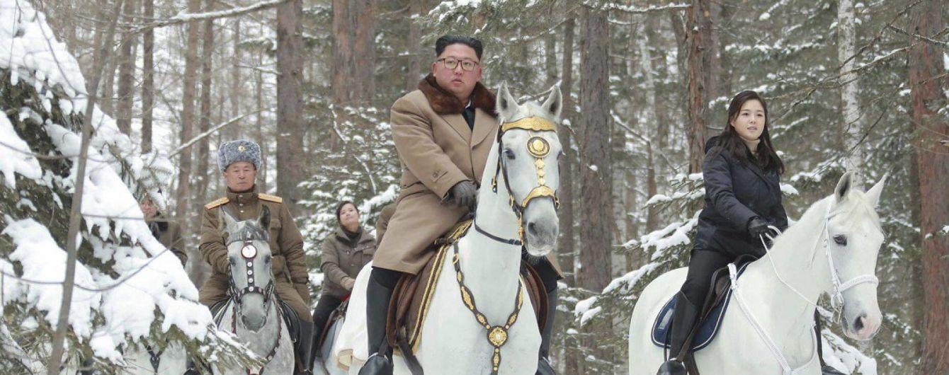 У КНДР опублікували фото Кім Чен Ина верхи на білому коні. Експерти побачили у цьому погрозу