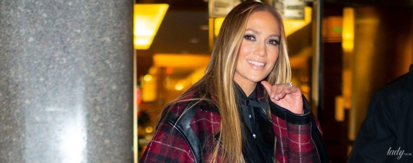 В черных ботфортах и куртке оверсайз: Джей Ло в Нью-Йорке
