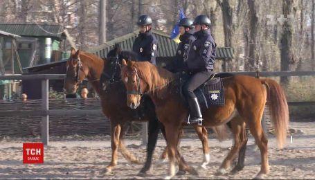 Спеціально для ТСН поліцейські показали, як тренують коней із кавалерійської роти