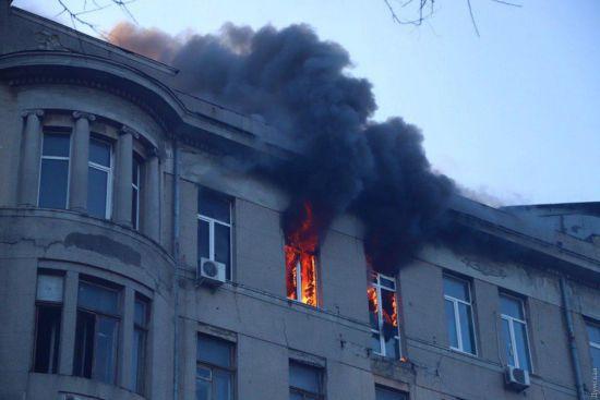 Пожежа в одеському коледжі: одна з постраждалих померла, четверо людей не виходять на зв'язок