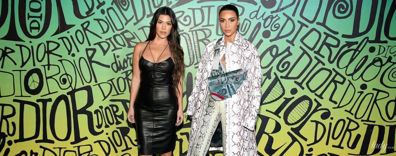 Кортні в шкіряній сукні, а Кім - в аутфіті у зміїний принт: ефектні образи зіркових сестер на заході в Маямі