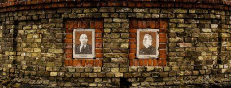 В центре украинского города висят портреты Сталина и Ленина. Мэр не хочет их снимать, воюет с Институтом нацпамяти и побеждает — репортаж