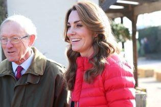 У червоній куртці і джинсах: герцогиня Кембриджська в повсякденному луці приїхала на ферму