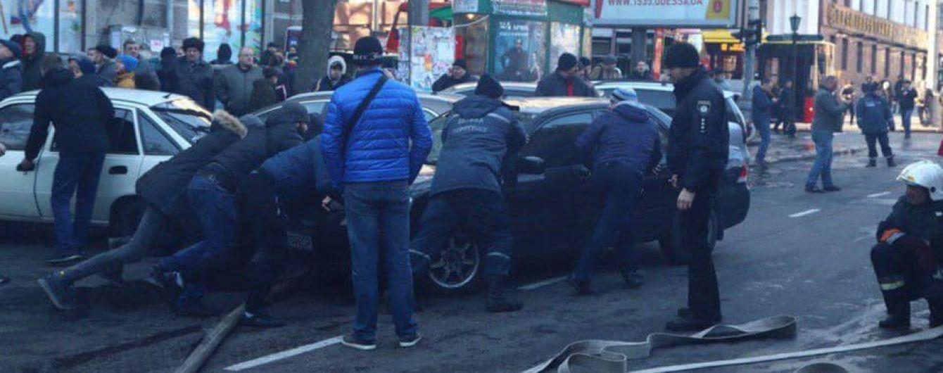 Автівки порушників паркування заважали ліквідації пожежі в одеському коледжі