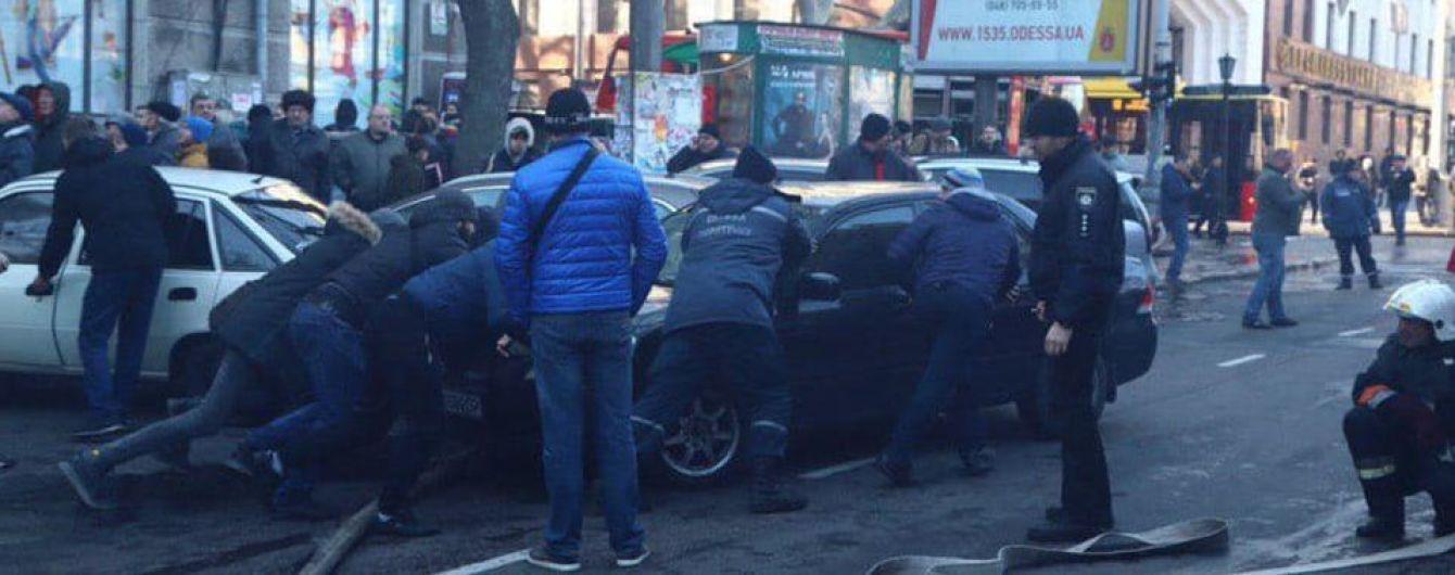 """Проезд к горящему одесского колледжа заблокировала машина: дорогу """"расчищали"""" прохожие"""