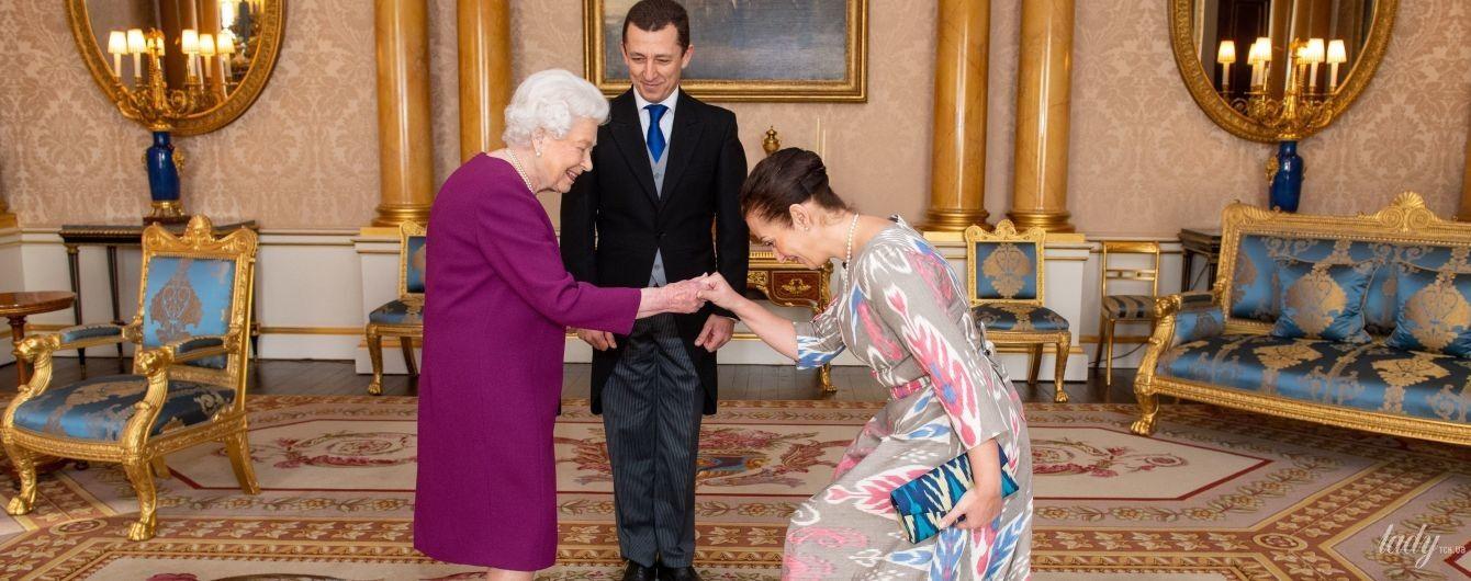 В платье цвета баклажана: королева Елизавета II дала очередную аудиенцию во дворце
