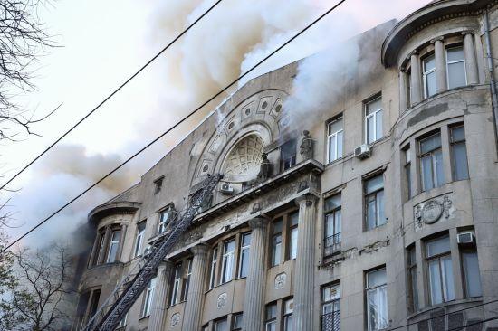 Пожежа у коледжі в Одесі: для рятувальної операції залучать спеціальний кран