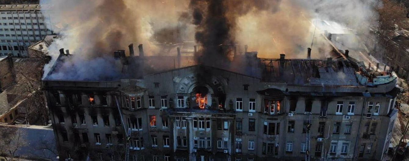 У Мережу виклали моторошне відео, як люди падають з вікон з висоти з охопленого вогнем коледжу в Одесі