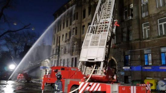 Смертельна пожежа в коледжі Одеси: рятувальники досі гасять будівлю