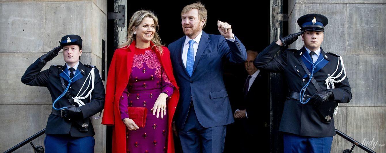 В яскравій сукні і червоному пальті: королева Максима на церемонії в королівському палаці