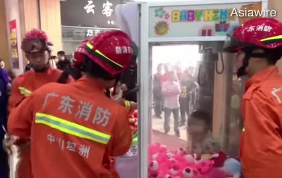 У Китаї зняли на відео порятунок застряглого у автоматі іграшок малюка