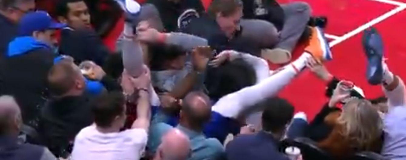 """Сеть """"подорвало"""" видео с фанатом, который невозмутимо пил пиво, когда на него свалился баскетболист"""