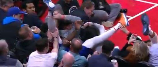 """Мережу """"підірвало"""" відео з фанатом, який незворушно пив пиво, коли на нього звалився баскетболіст"""