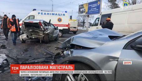Іномарка спровокувала автотрощу біля світлофора у Дніпрі