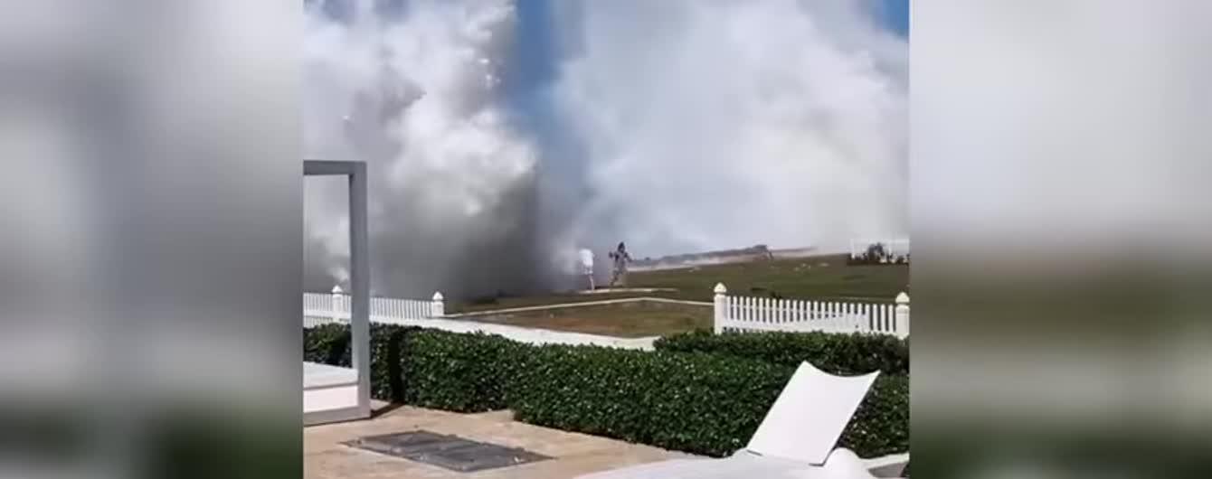 Мережу здивувало відео, на якому пару накриває гігантською хвилею