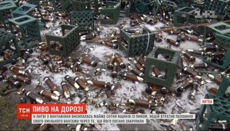 Из грузовика в Литве высыпались почти сто ящиков с пивом