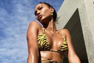Сексуальна Джоан Смоллс підкреслила струнку фігуру тигровим бікіні