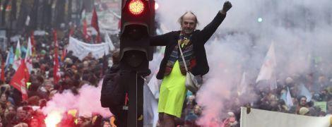 Забастовка во Франции: на улицы вышли сотни тысяч людей, транспорт парализован, задержали почти 90 человек