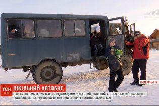 Іржавий дах і пошарпані сидіння: чому на Прикарпатті стара вантажівка возить школярів