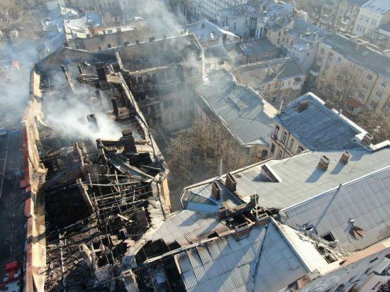 """""""Конструкція дуже погана"""". Залишки будівлі в згорілому коледжі Одеси можуть щомиті впасти на рятувальників"""