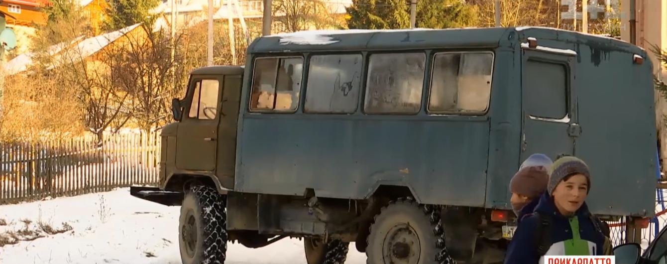 Экстремальная дорога к знаниям. В горах на Прикарпатье детей в школу возят старым ржавым грузовиком