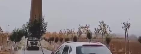 """""""Она падает"""". Видео перевозки гигантской лопасти ветряка напугало Сеть"""