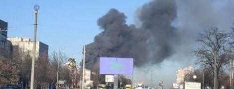 В Киеве загорелся склад: столб дыма видно за несколько километров