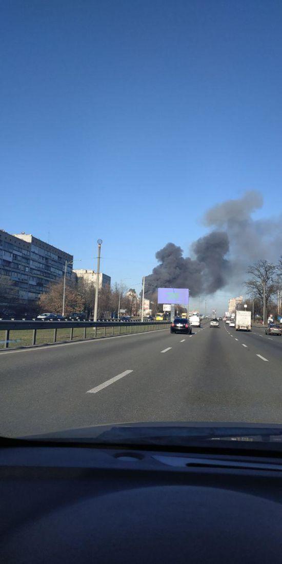 У Києві спалахнув склад: стовп диму видно за кілька кілометрів