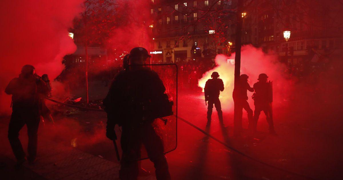 Протест десятилетия во Франции: митингующие крушат витрины и дерутся с полицией