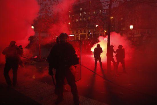 Попри масові страйки, влада Франції проголосувала за скандальну пенсійну реформу
