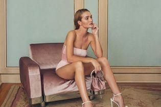 Вот это ноги: Рози Хантингтон-Уайтли позировала в атласном боди и туфлях с жемчугом