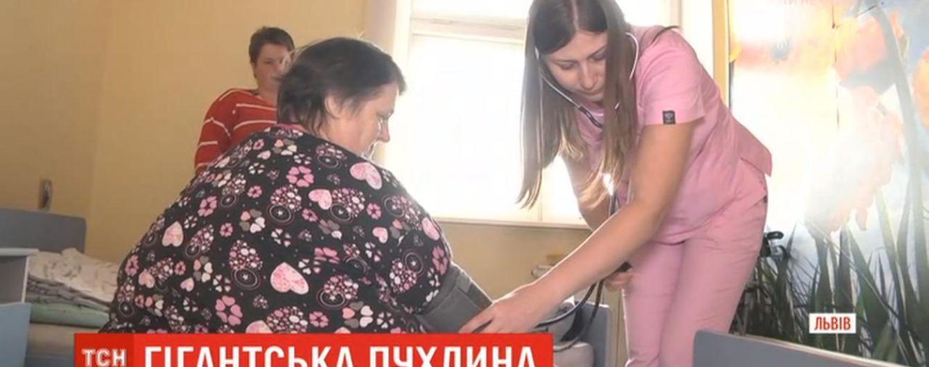 Львовские хирурги удалили женщине гигантскую 20-килограммовую опухоль