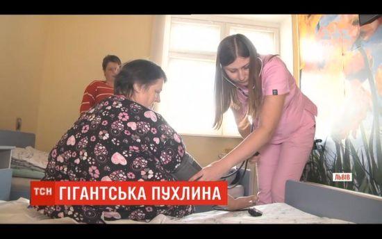 Львівські хірурги видалили жінці гігантську 20-кілограмову пухлину