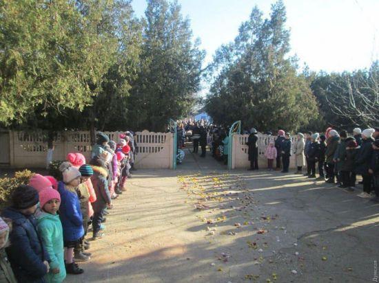 Траурна церемонія у дворі школи і дорога, всипана квітами: на Одещині попрощалися із загиблою у коледжі студенткою