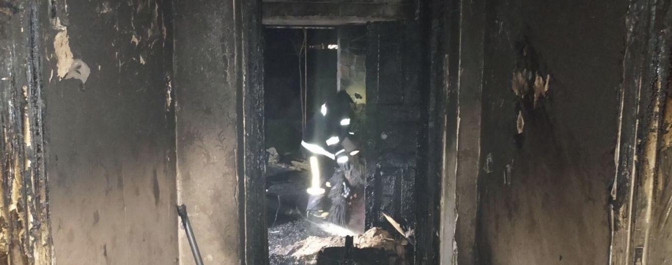 На Вінниччині з охопленого вогнем будинку врятували двох дітей та їхніх батьків. Жінка перебуває в тяжкому стані