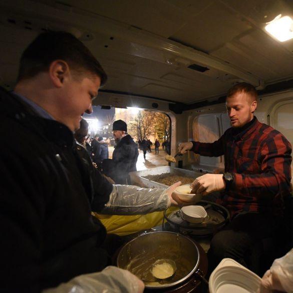Митрополит Епіфаній роздає їжу на Майдані_03