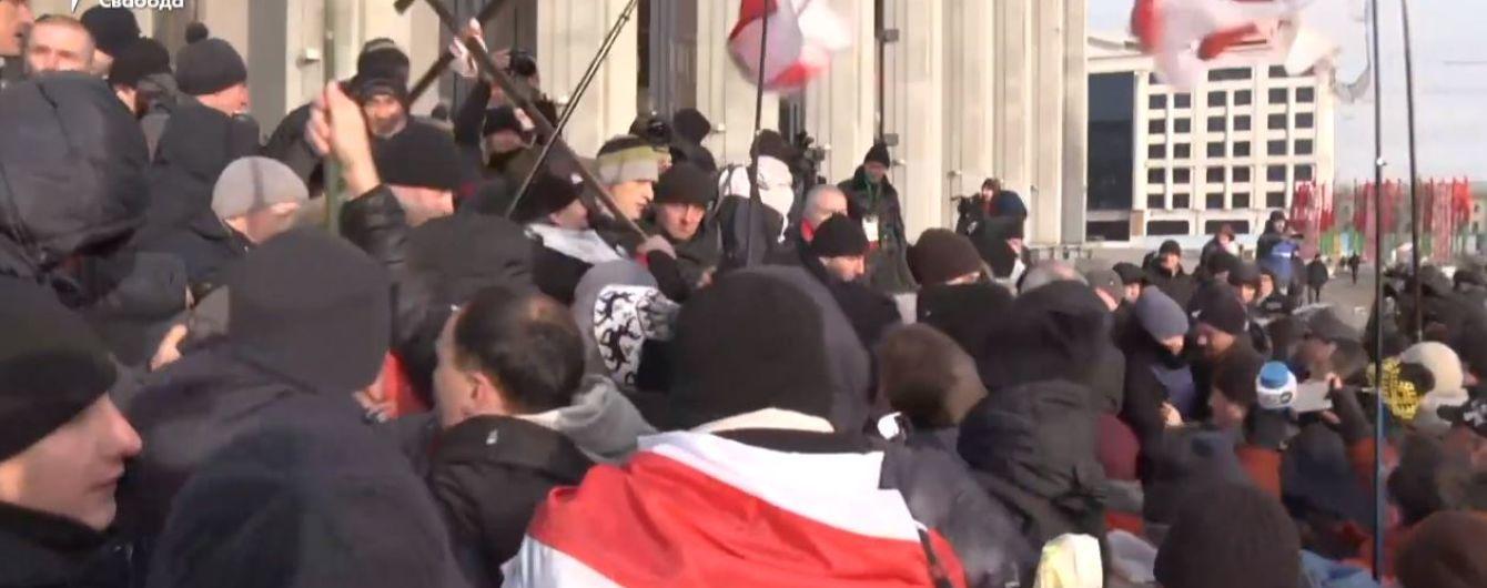 """На акции протеста в Минске под крики """"фашисты"""" начались столкновения с """"людьми в штатском"""""""