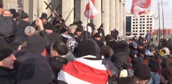 """На акції протесту в Мінську під крики """"фашисти"""" почались сутички з """"людьми в цивільному"""""""