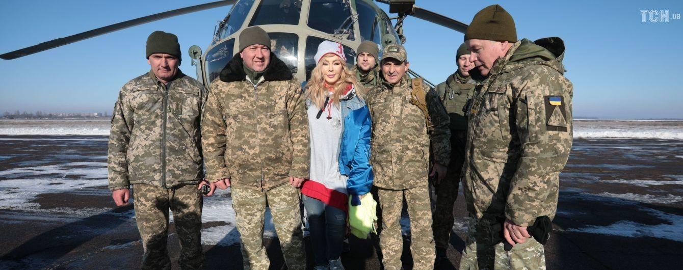 """""""Зірковий десант"""". Кароль, Полякова та Білик в день ЗСУ полетіли на передову до військових"""