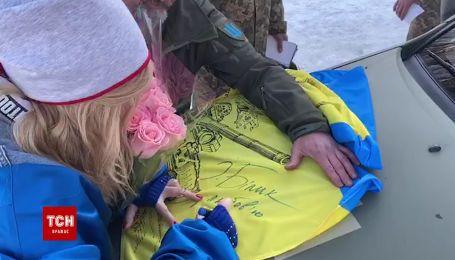 Яскрава Ірина Білик розписалась для військових на прапорі