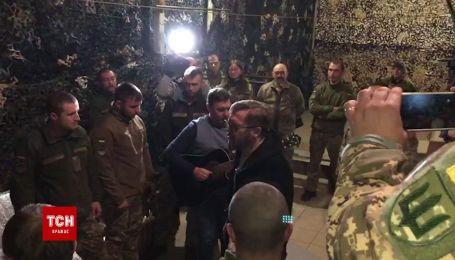 Пономарев под гитару спел гимн Украины на передовой