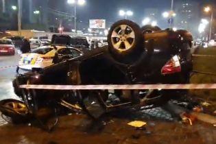 В Киеве авто пробило ограждение и упало с путепровода