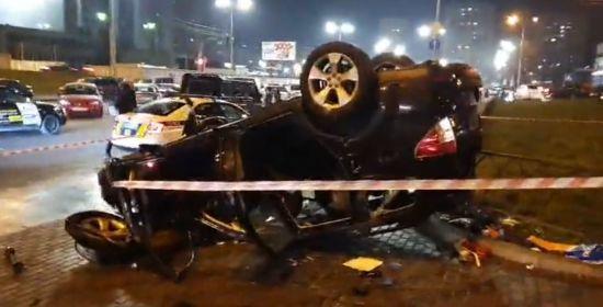 У Києві авто пробило огорожу і впало зі шляхопроводу